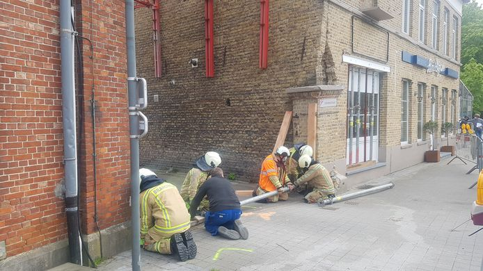 De brandweer moet de gevel van La Gare opnieuw stutten.