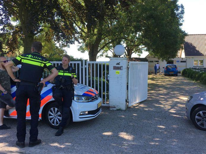 Bij haar inspecties bij de teckelfokkerijen in Woerden werd de Nederlandse Voedsel- en Warenautoriteit begeleid door politie.