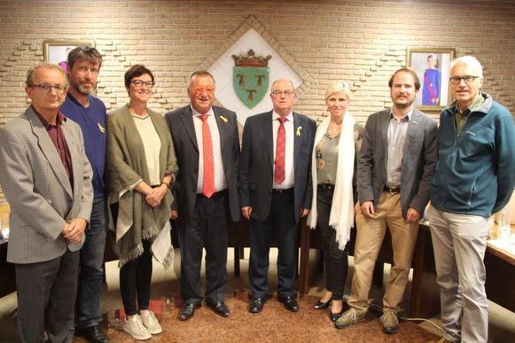 Het nieuwe college van burgemeester en schepenen vanaf 2019: vlnr. secretaris Pascal Vandermeersch, schepen Dirk Rasschaert (De Coöperatie), schepen Geertrui Van de Velde (CD&V), burgemeester Roland Uyttendaele (CD&V), schepen Robert De Mulder (CD&V), schepen Elke Meganck (CD&V), schepen Bart Heestersmans (Groen) en gemeenteraadsvoorzitter Jo Maebe (Groen).