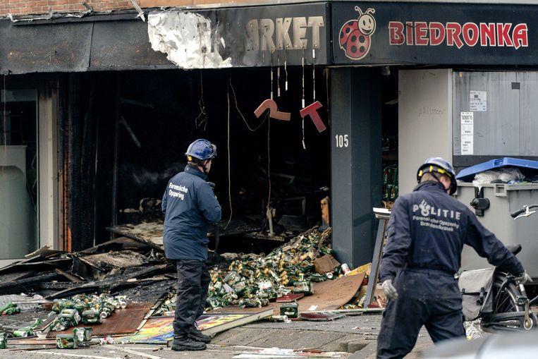 Een ravage bij de Biedronka supermarkt aan de Ophelialaan in Aalsmeer. In de winkel is brand geweest, vermoedelijk na een explosie. Beeld ANP