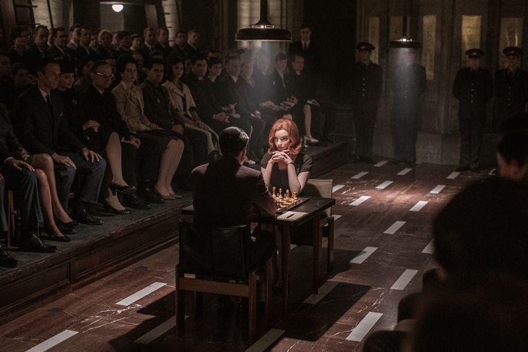 Elizabeth Harmon, gespeeld door de charismatische Anya Taylor-Joy, is in The Queen's Gambit een gekweld schaakgenie. Beeld Phil Bray/Netflix