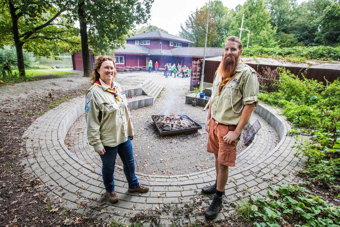 Diana Groen en Michiel Brons van de Vrijbuiters, een scoutinggroep voor autistische kinderen.