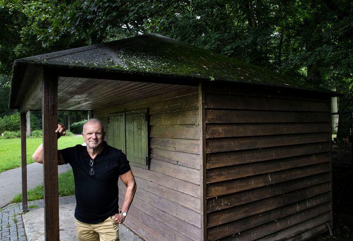 Evert Santegoeds bij het voormalige snoepwinkeltje van zijn opa in de Warande in Helmond.