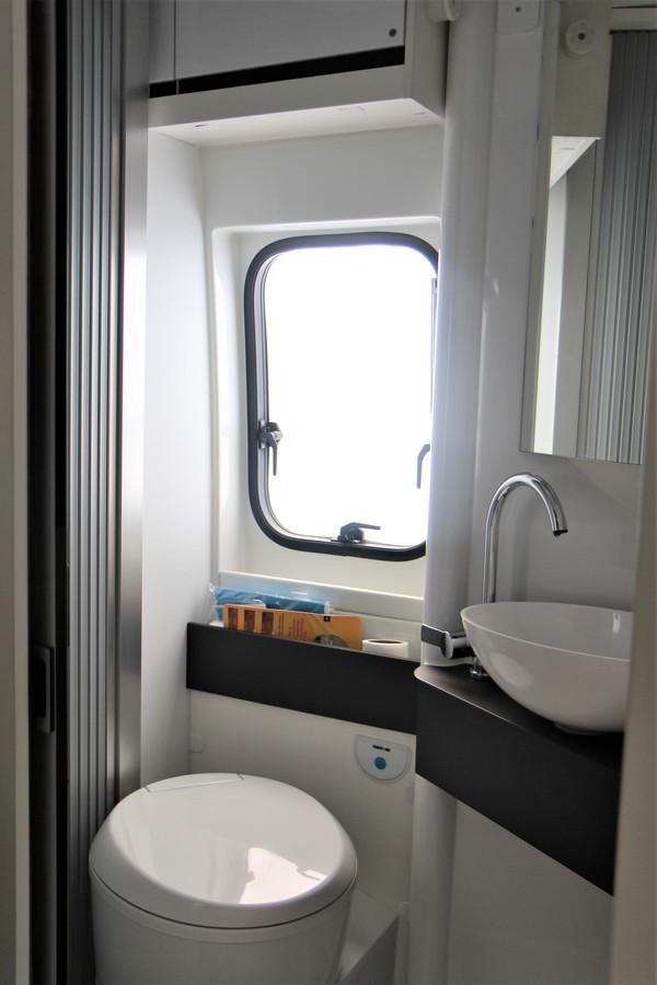 Toilet, wasbak en douchecabine: complete badkamer. Slim: het gedeelte met de wasbak is een draaibare module, waarmee je snel en gemakkelijk een ruime douchecabine creëert.