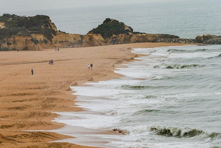 Mensen genieten van het strand in Albufeira, in de Algarve. Beeld EPA