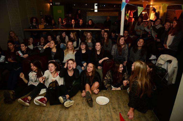 De leden van jeugdhuis De ZoeNK kijken vol spanning naar de finale van 'K3 zoekt K3'.
