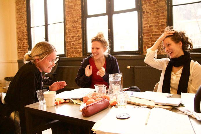 Acteurs Annica Muller (links) en Eva Meijering (midden) en regisseur Hanna van Mourik Broekman tijdens een brainstormsessie.
