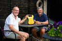 Dankzij deze defibrillator kan Dick Kooij navertellen dat hij twee weken geleden gereanimeerd is door zijn buurman Wijnand Groenendijk.