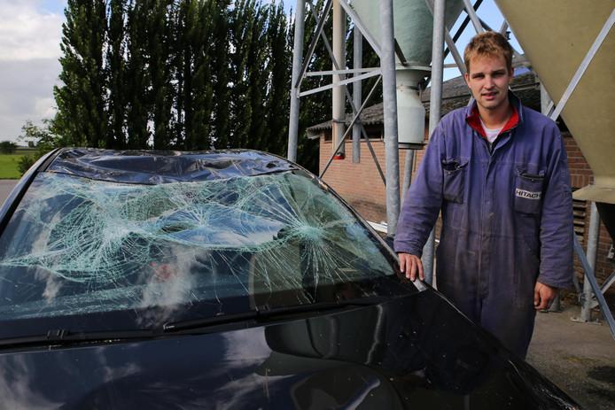 Roel Gommers kwam met de schrik vrij toen een boom bovenop zijn auto belandde