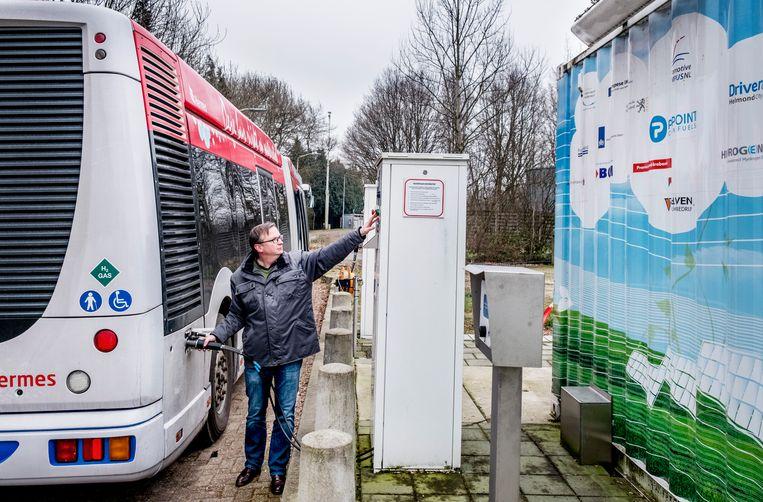 Bus wordt getankt met waterstof op het Automotive park in Helmond.  Beeld Raymond Rutting / de Volkskrant