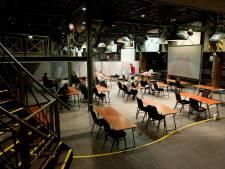 Geen hossend publiek, maar blokkende leerlingen: Carmel College Raalte geeft les in Bij Lampe