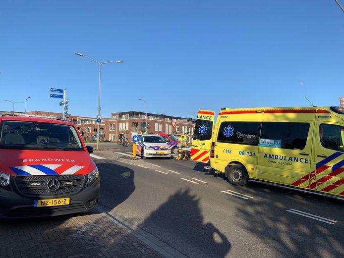 Hulpverleners zijn aan het werk aan de Herwendaalseweg in Groesbeek.