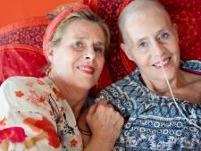 Fotoboek over tweelingen opgedragen aan Jessica uit Deventer en haar overleden zus Justia: 'Ik was een jaar doodziek van verdriet'