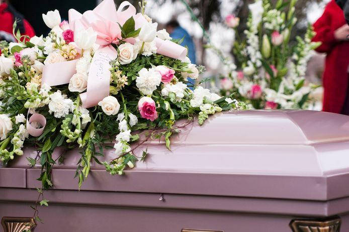 Crematoria en uitvaartondernemers merken dat er heel veel vragen leven over wat nu wel en niet is toegestaan bij uitvaarten.