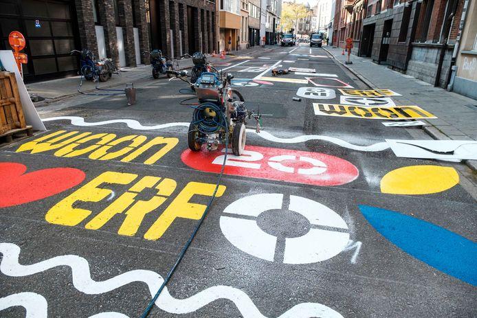 In een woonerf mogen voetgangers de volledige straat gebruiken, kinderen mogen er spelen en auto's moeten zich houden aan een snelheidslimiet van maximaal 20 kilometer per uur.