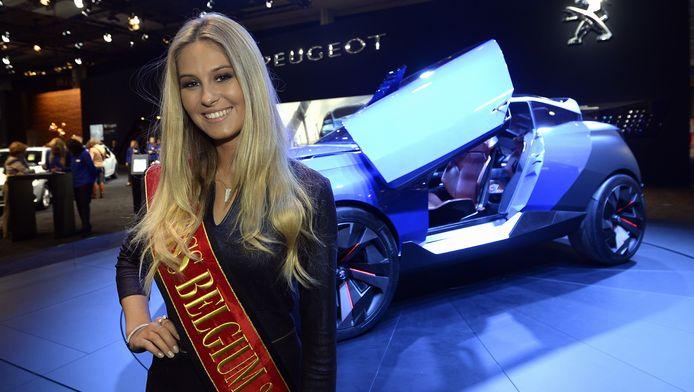 De pas verkozen Lenty Frans zette haar carrière als Miss België goed in op het 94de Autosalon.