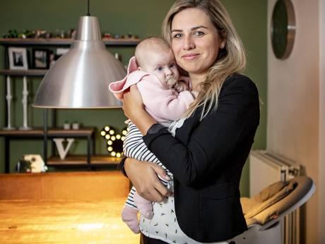 Geschrokken moeder haalt baby per direct van kinderdagverblijf