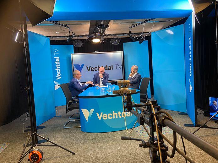 Opening van de tv-studio van RTV Vechtdal in de Carrousel in Ommen. Presentator Piet-Cees van der Wel interviewt de Dalfser wethouder Jan Uitslag en directeur Mark Visch van de NLPO, de overkoepelende organisatie voor lokale omroepen.