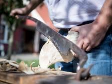 Daniël (22) uit Enter is de jongste én beste klompenmaker van ons land