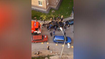 Auto blokkeert doorgang voor brandweerwagen, omstaanders schieten meteen te hulp