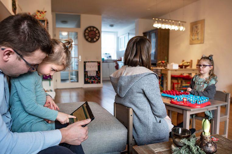 De familie Roggeveen in Hilversum. Het wordt steeds moelijker werk en zorg te combineren tijdens de tweede lockdown. Beeld Guus Dubbelman / de Volkskrant