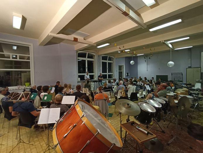 De Koninklijke Poperingse Harmonie Sint-Cecilia heeft deze maand de repetities hervat zonder beperkingen en op een nieuwe locatie namelijk op de Vroonhofsite.