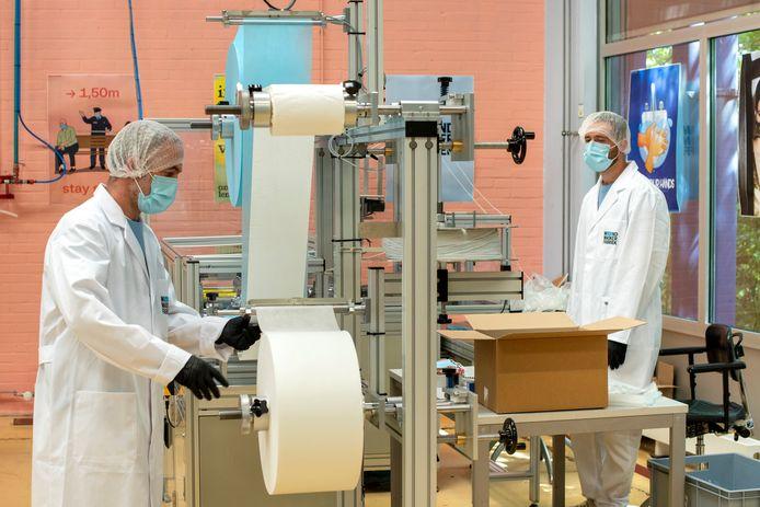 Personeel van de Mondmaskerfabriek, hier nog actief op de oude locatie van Scalabor. Inmiddels is een nieuwe, grotere locatie gevonden waar binnenkort zo'n twee miljoen kapjes per week van de band af rollen.