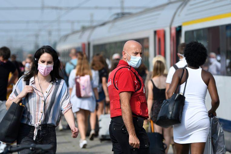 Treinreizigers in het station van Knokke. Beeld Photo News
