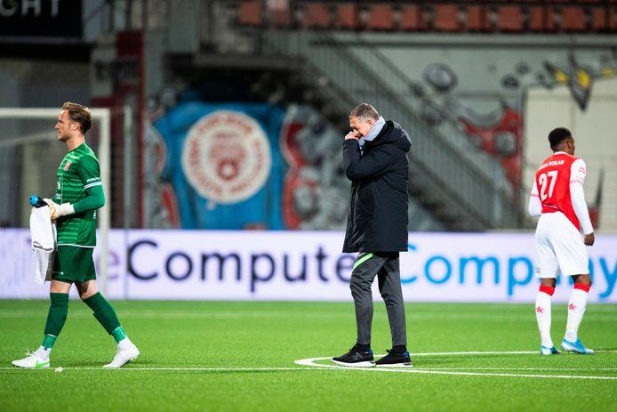 Trainer Ernie Brandts teleurgesteld richting het kleedlokaal na het 2-0 verlies bij MVV.