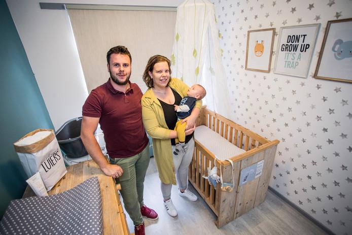 (Fotograaf) Arjan Gotink samen met zijn vrouw Suzan Gotink-Truin en hun 9 weken oude zoon Sem.