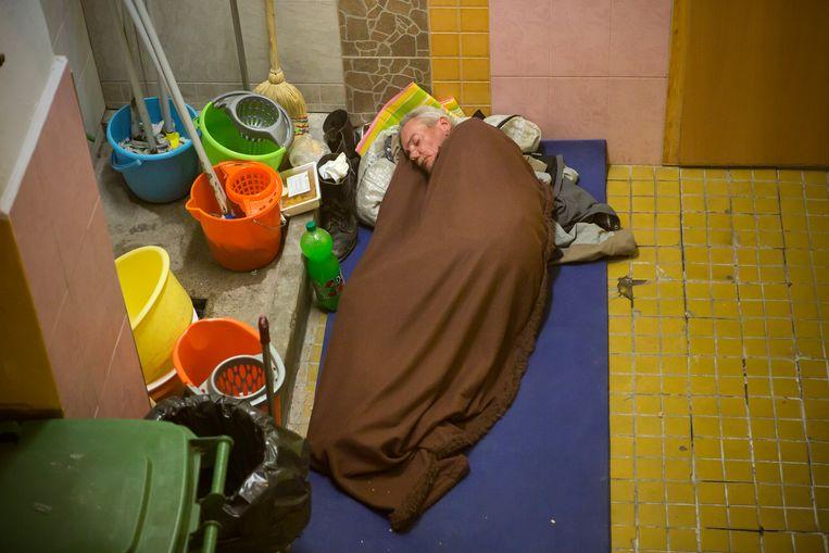 Bij de daklozenopvang van Gábor Iványi. Sinds kort is het in Hongarije illegaal om dakloos te zijn. Beeld RV -