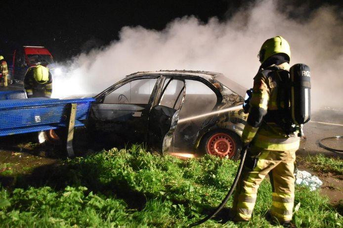 Brandweer blust de auto aan de Heemstraweg.