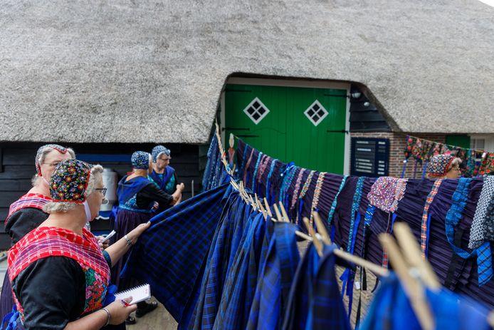 Voor de veiling begint bekijken de Staphorster vrouwen het aanbod.