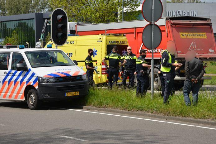 Een vrachtwagen van de gemeente is woensdagmiddag rond 13.00 uur achterop een auto gebotst op de Backer en Ruebweg in Breda.