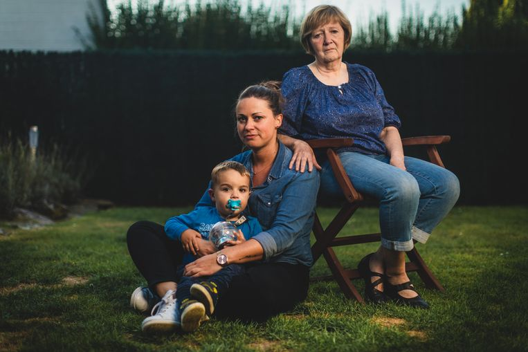 """Weduwe Jeanine met Marcs dochter Ellemieke en haar zoontje Mil. """"Marc was mijn grote liefde. We hadden nog zoveel plannen. Na zijn pensioen zouden we in Nieuwpoort gaan wonen, een boot kopen..."""""""