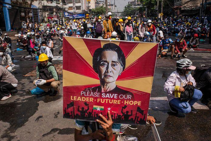 Betogers met een portret van Aung San Suu Kyi demonstreren tegen de militaire coup in Myanmar (archiefbeeld).
