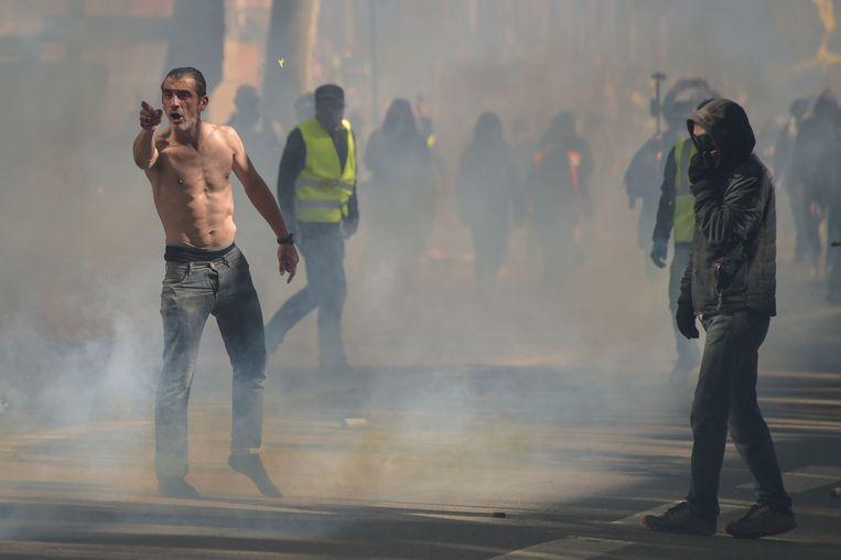 Demonstranten staan in een traangasaanval in Toulouse, Frankrijk, vorige week. Beeld AFP