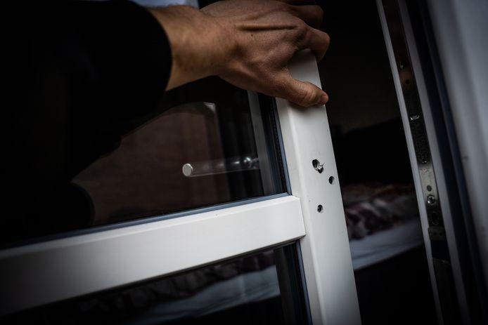 Sporen van een inbraak. Door gaatjes te boren in een deur hebben inbrekers zich toegang verschaft tot een woning. Foto ter illustratie.
