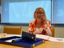 De burgemeester van Wijchen belt met een gedecoreerde.