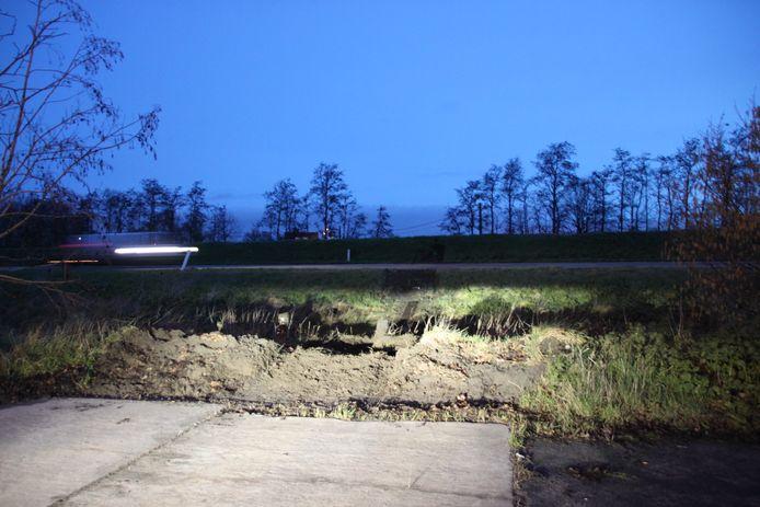 De auto reed op het einde van de doodlopende straat in Geluwe (Wervik) gewoon rechtdoor en vloog over een gracht de snelweg A19 op.