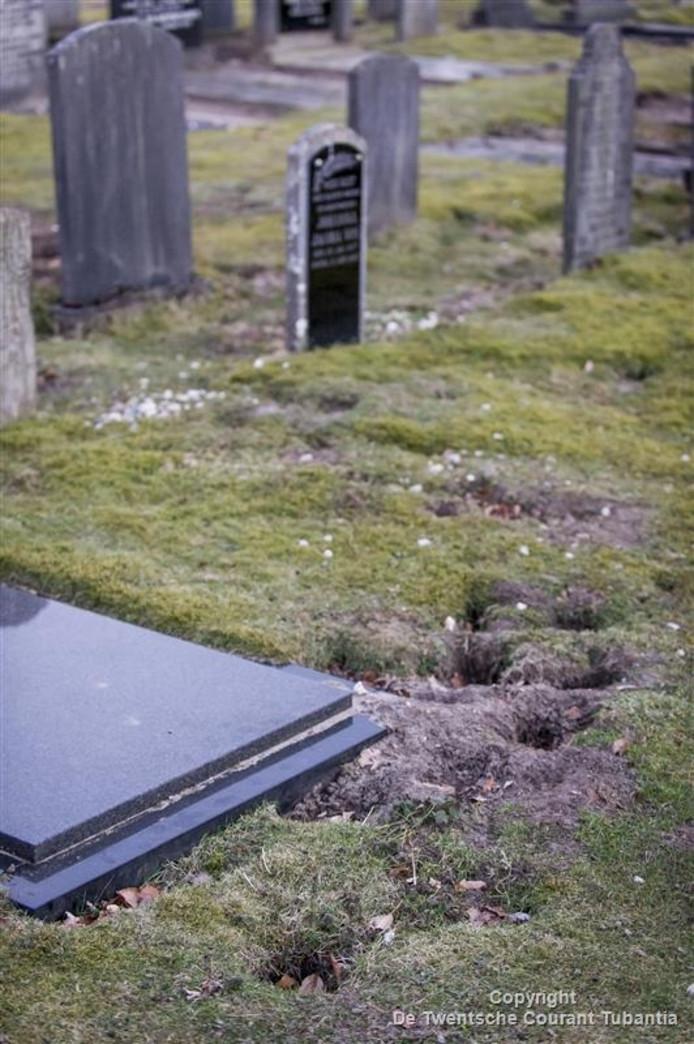 Graven verzakken in Rijssen doordat konijnen holen maken.