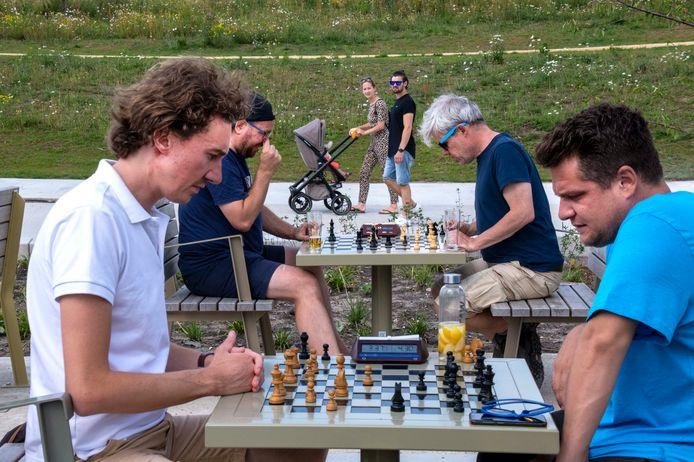 """De mannen van de Tilburgse schaakclub SG KiNG hebben sinds anderhalve maand de schaakhoek van het Spoorpark ontdekt. Bob Jansen (links) en Bart van den Berg. ,,Als mensen mee willen spelen: graag zelfs"""""""