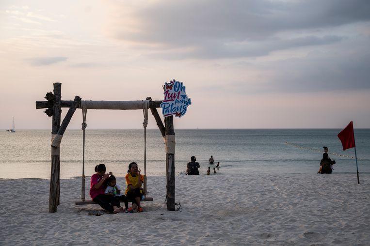 Het is door het coronavirus rustig op Patong Beach op het Thaise vakantie-eiland Phuket. Beeld Getty Images