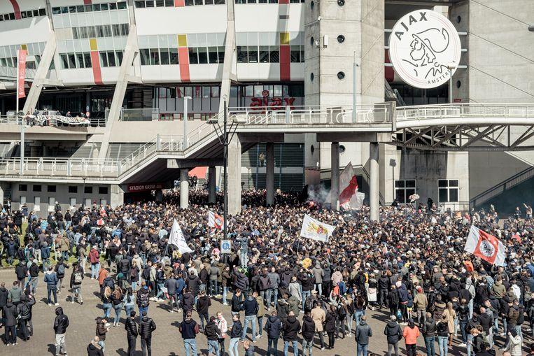 De menigte buiten de Johan Cruijff Arena zondag. Beeld Jakob van Vliet