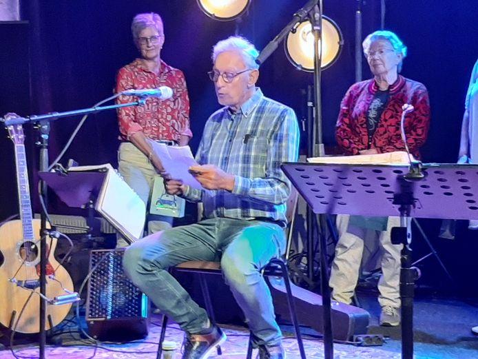 Chris Lindhout lees zijn winnende verhaal voor op het podium van De Smidse.