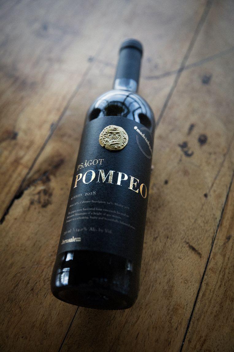 Een fles Pompeo wijn. Deze is vorig jaar als dank vernoemd naar de minister, nadat hij een rapport verwierp waarin werd gesteld dat Israëlische nederzettingen illegaal zijn. Beeld Daniel Rosenthal