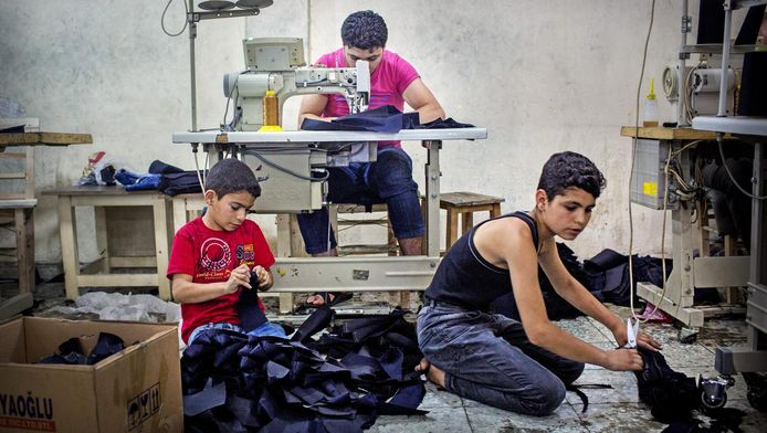 Kinderen in een kledingatelier in Gaziantep