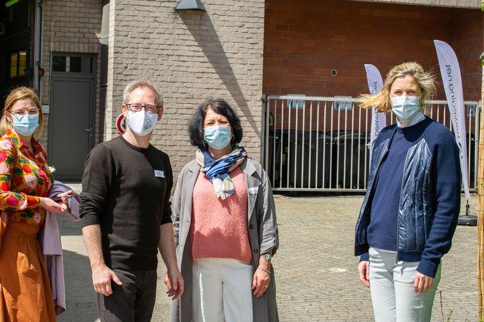 Minister Annelies Verlinden (rechts) op bezoek in Antwerpen voor de honderdste verjaardag van Beweging.net.