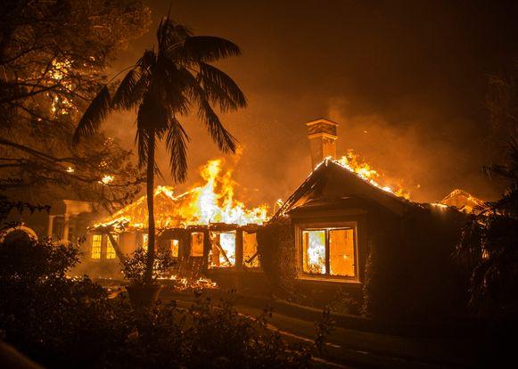 Een huis brandt compleet uit in Malibu.