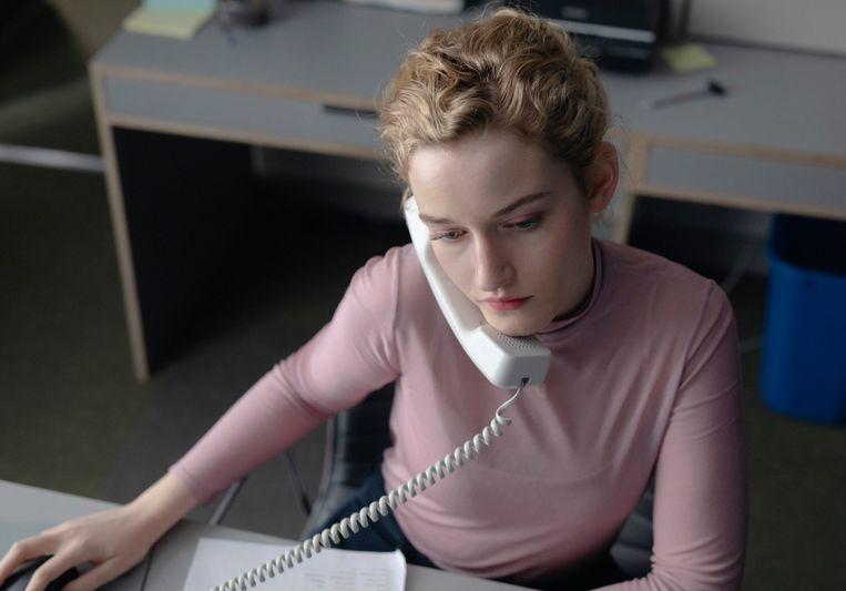 Julia Garner als de jonge assistent Jane in The Assistant. Beeld